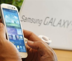 A man tries Samsung Electronics' new Galaxy S III