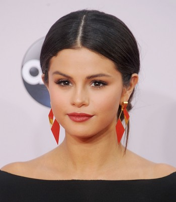 Selena Gomez Deletes 'Disrespectful' Mosque Instagram Photo Amid Backlash From Muslims